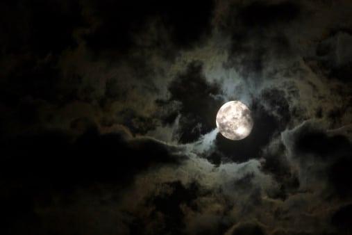 Homme vintage dans le visage de la lune