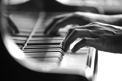 Piano-keys-with-hand