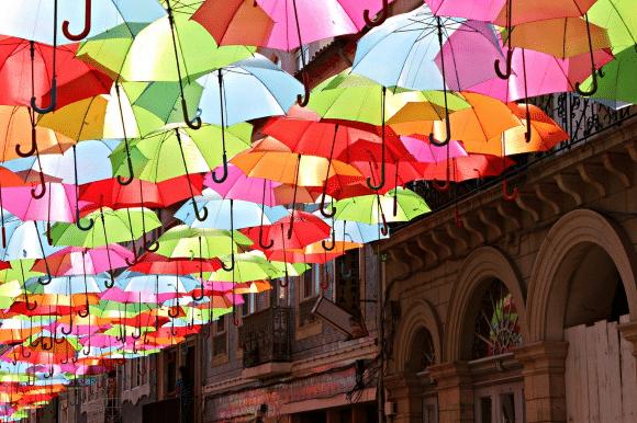 kišobrani i suncobrani - Page 2 Les-parapluies-colores-d-agueda_628268_580