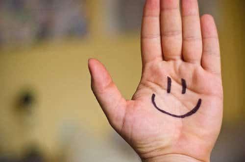 sourire sur la main